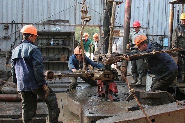Men-working-oil